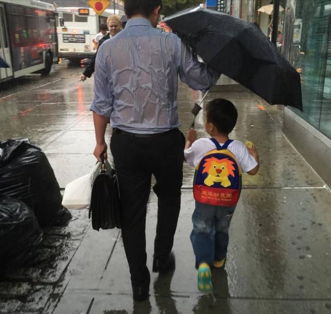 Father protects child | Image: Reddit / jagershotzz