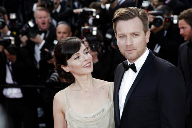 Ewan and Eve pose for the back-of-the-head shot to the delight of the paps | Image: Shutterstock