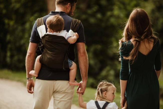 b2ap3_thumbnail_Izmi_Baby_Carrier_Olive_Lifestyle_Back_Carry_Family_Walk_Close_Up.jpg