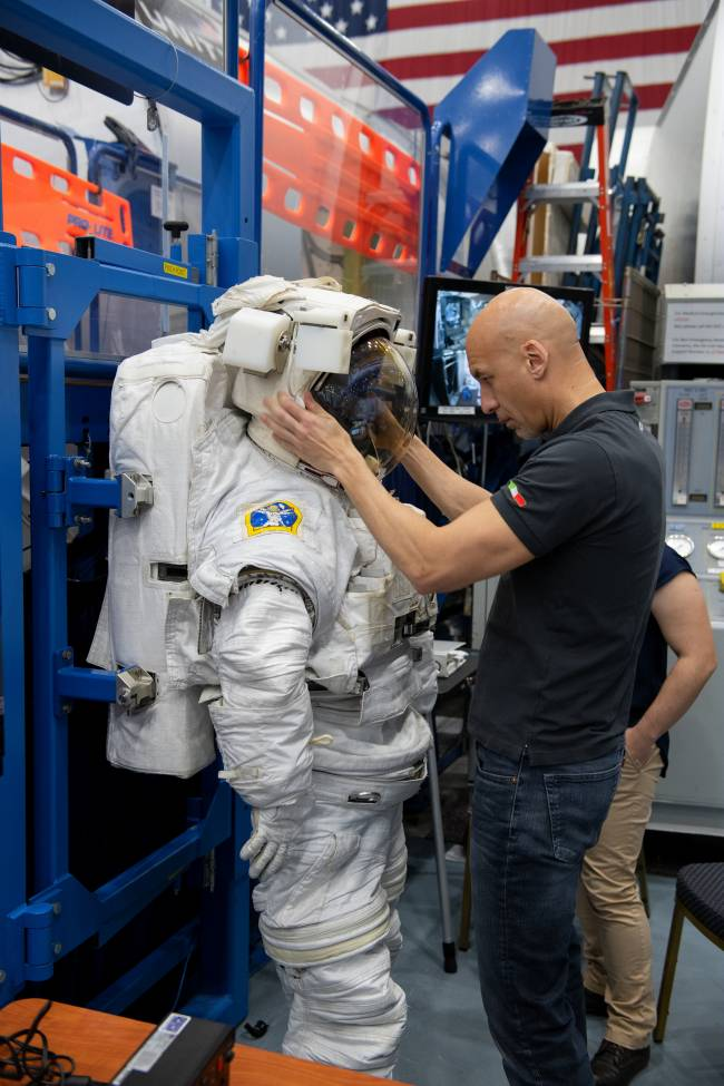 b2ap3_thumbnail_Luca_Parmitano_training_at_NASA_s_Johnson_Space_Center1.jpg